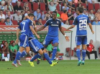 Mathew Leckie wir nach seinen ersten Bundesligatreffer geherzt